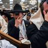 Des membres de la communauté juive ultra-orthodoxe Chabad Lubavitch prient dans le siège de ce mouvement situé à Crown Heights au 770 Eastern Parkway. 1 novembre 2013. Brooklyn, New York. ©Benjamin Petit/Haytham