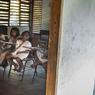 Dans les hauteurs de la Sierra Nevada de Santa Marta, proche de Palomiono, 70 jeunes Kogi et Aruaco étudient dans la seule école de ces civilisations pré-colombiennes, les dernières encore en vie après la disparition des Incas ou encore des Aztèques. Leurs familles habitent à des heures de marche plus haut dans la montagne, les enfants dorment à l'école cinq jours par semaine. Des repas, à l'entretien des locaux, en passant par le petit dispensaire, Bogota assume tous les coûts, même si les décisions sont prises par les Kogi. Village de Seywiaka, Colombie. 18 février 2014. ©Benjamin Petit/Haytham