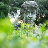 Dans ce jardin à l'italienne qui marie la douceur à la majesté, flottent des parfums de laurier et de lierre.