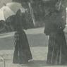 L'impératrice Élisabeth d'Autriche, dite Sissi, (sous l'ombrelle blanche) et sa dame d'honneur, la comtesse Irma Sztáray (à droite) lors d'une promenade avec l'impératrice Eugénie (avec un chapeau) vers 1896 dans le jardin de la villa Cyrnos. Il s'agit d'un témoignage photographique rarissime car Sissi ne s'est plus laissée prendre en photo après ses trente ans.