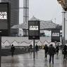 Sur des panneaux publicitaires à la Défense près de Paris.
