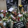 Au siège de Charlie Hebdo, dans le 11e arrondissement de Paris, des centaines d'anonymes se sont recueillis, la gorge serrée, parfois en larmes, et ont témoigné de leur solidarité, déposant fleurs, crayons, bougies, dessins et messages.