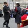 Le président de la République a remis les insignes de la légion d'honneur à titre posthume aux trois policiers.