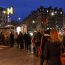 Dès l'aube, des dizaines de personnes ont fait la queue devant les kiosques . Ici à Paris près de la Gare Saint-Lazare.