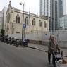 L'église de ce quartier populaire du 15ème arrondissement de Paris est désormais promise à la démolition par des promoteurs qui veulent en faire des logements sociaux et des parkings. Un scandale pour certains fidèles.