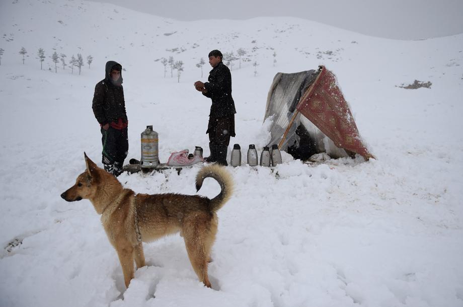 Les villageois tentent de dégager les villages ensevelis par les avalanches — Afghanistan