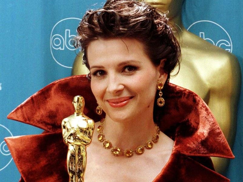 A la surprise générale, Juliette Binoche souffle en 1997 la statuette du meilleur second rôle féminin pour «le Patient Anglais» à la légendaire Lauren Bacall. Très émue, l'actrice confie lorsqu'elle reçoit sa récompense «Je n'ai pas préparé de discours, j'étais sûre que Lauren allait gagner». Quatre ans plus tard, elle sera à nouveau sélectionnée mais cette fois pour l'Oscar de la meilleure actrice pour sa performance dans le discret «Chocolat» de Lasse Hällstrom après une campagne orchestrée par les redoutables frères Weinstein, qui s'occupent aussi cette année de «The Artist». Le trophée ira finalement à Julia Roberts pour «Erin Brockovich».