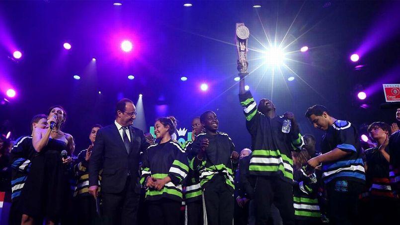 Hollande tient sa promesse en assistant à un concours d'improvisation