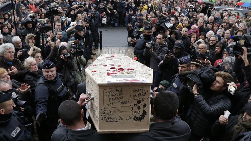 Les amis de Bernard Verlhac dit Tignous ont décidé de lui rendre un dernier hommage en dessinant sur son cercueil quelques heures avant ses obsèques.