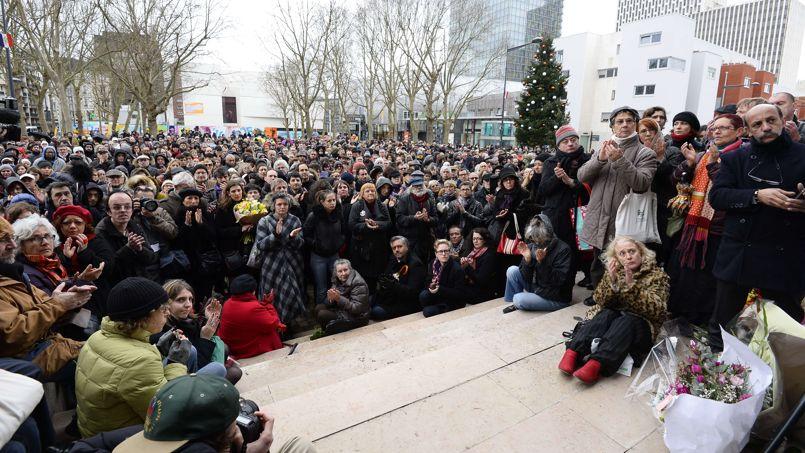 La foule s'est massée à l'entrée de la Mairie de Montreuil où un hommage a été rendu à Tignous.
