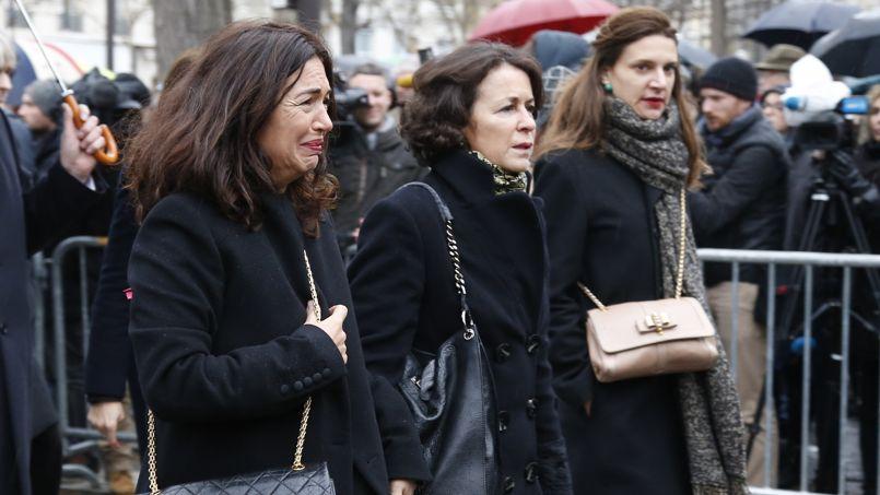Elsa Wolinski, à gauche, la fille de Georges arrive au cimetière Montparnasse. Elle lui a écrit une lettre très émouvante publiée dans le magazine Elle de cette semaine .