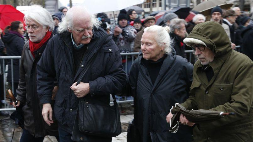 Le dessinateur Willem (deuxième à gauche) arrives aux obsèques de Georges Wolinski.