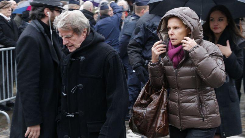 Bernard Kouchner et Christine Ockrent arrivent au cimetière Montparnasse.