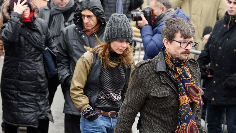 Renald Luzier, dit Luz (à droite) et Gérard Briard (deuxième à gauche) arrivent au cimetière Montparnasse pour les obsèques d'Elsa Cayat, la psychanaliste collaboratrice de Charlie.