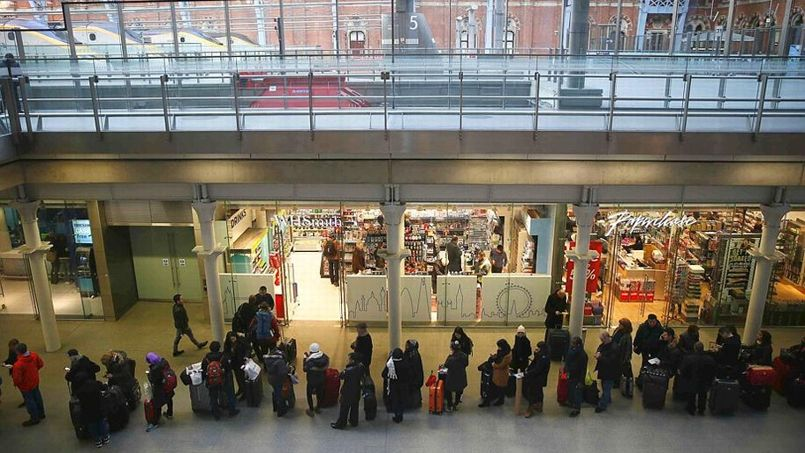 À Londres comme à Paris, des centaines de passagers attendent dans les gares en raison de l'interruption du trafic des Eurostar (Crédit: Stefan WERMUTH / REUTERS)