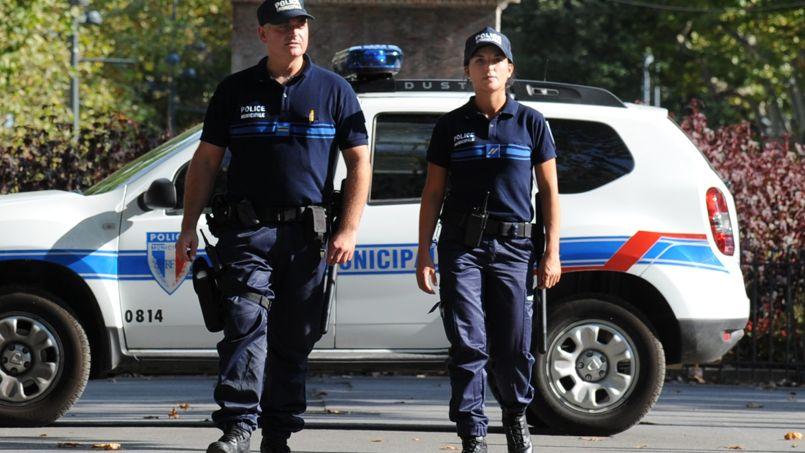 Des policiers municipaux patrouillant à Béziers, dans l'Hérault.