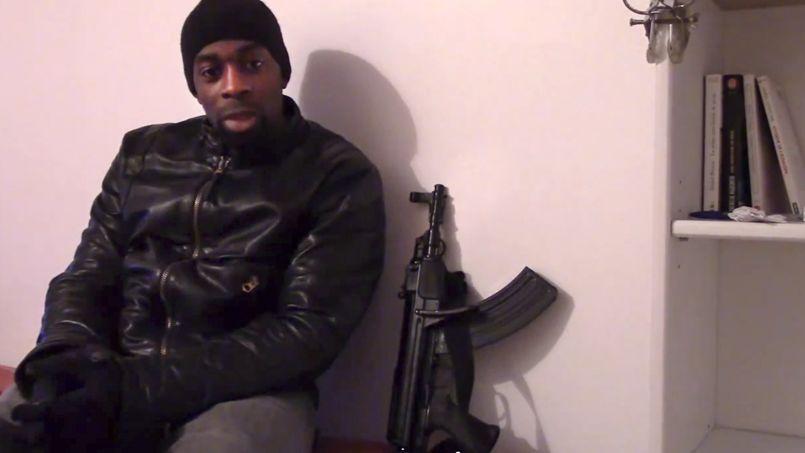 Les enquêteurs cherchent à établir qui aurait pu aider Amedy Coulibaly à se procurer l'arsenal utilisé lors de la prise d'otage du supermarché kasher et à mettre en ligne sa vidéo posthume.