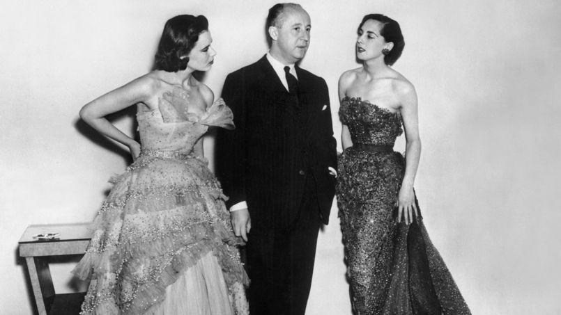 Le couturier Christian Dior et deux de ses manequins à la fin des années 40.