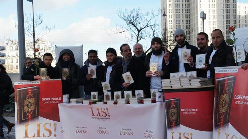 Autour d'Ibrahim Abou Nagie (au centre, avec une écharpe), connu en Allemagne pour ce type d'actions, des militants salafistesproposent une traduction française du Coran aux passants, samedi, place d'Italie, à Paris.