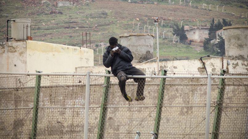 EN MASSE. Un migrant africain, juché sur la barrière de Melilla, qui sépare le Maroc de l'enclave espagnole, mange un sandwich. Au total, ce mardi 10 février, plus de 600 personnes ont tenté de passer la frontière grillagée qui sépare l'Afrique et l'Europe, 35 y sont parvenues, dont cinq ont été blessées, a annoncé la préfecture de l'enclave.