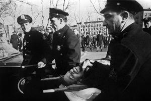 Malcolm X sur une civière, mortellement bléssé le 21 février 1965.