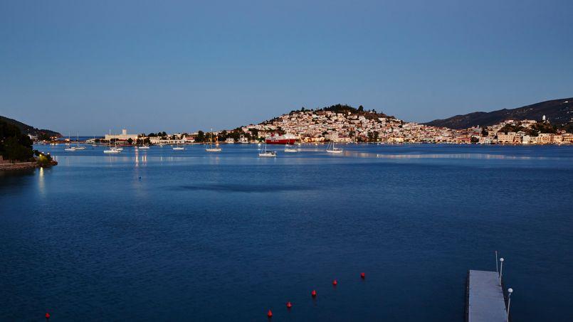 La géographie joue des tours merveilleux à Poros. Ce n'est une mais deux îles qui, reliées par un pont, épousent le continent: la minuscule Sferia où s'étire la ville et katavria, couverte de pins.