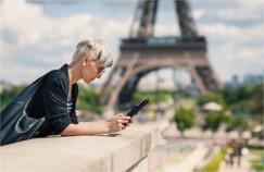 femme avec tablette numérique