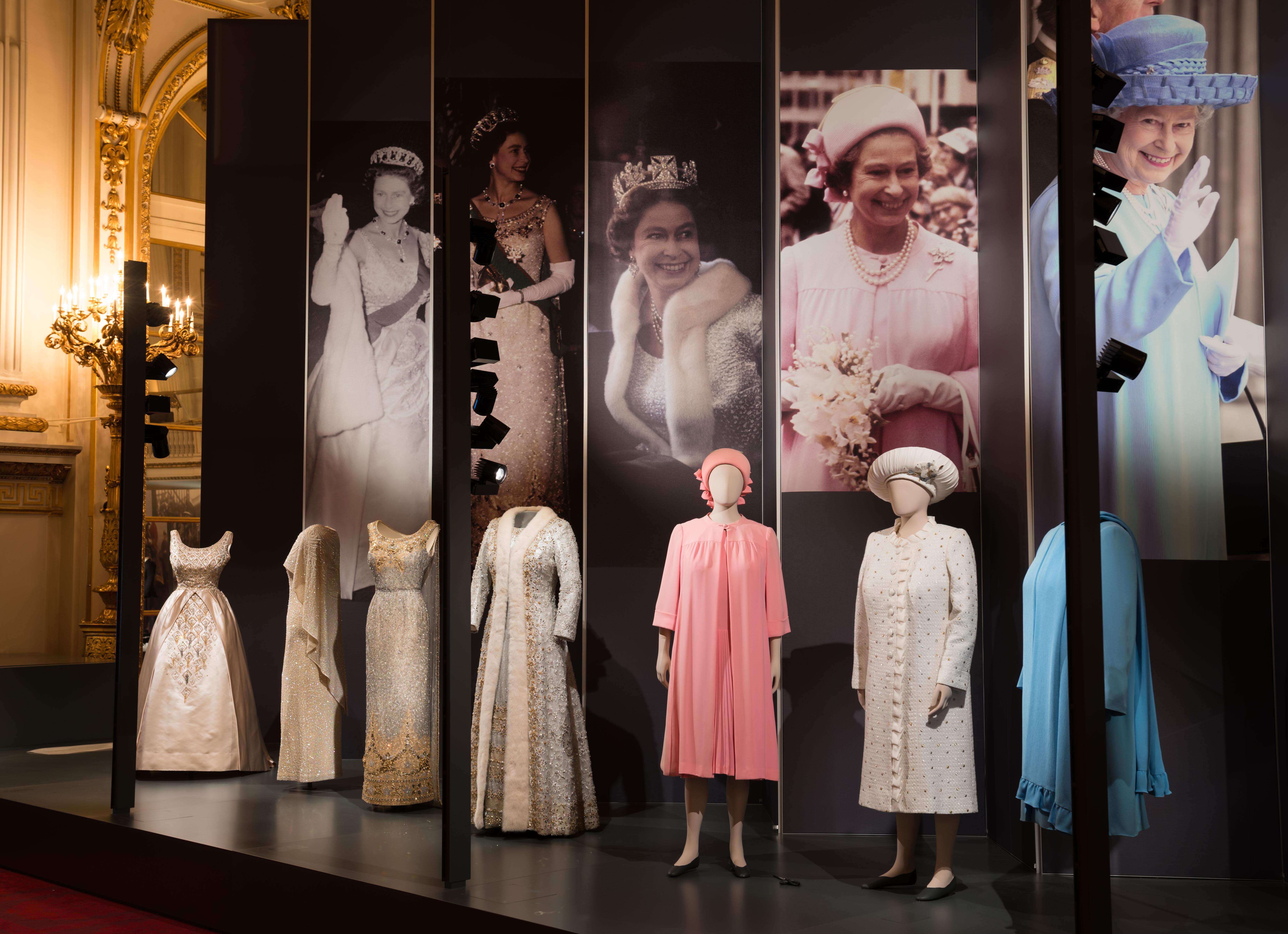 90 ans de style à travers la garde-robe d'Elizabeth II  : l'exposition