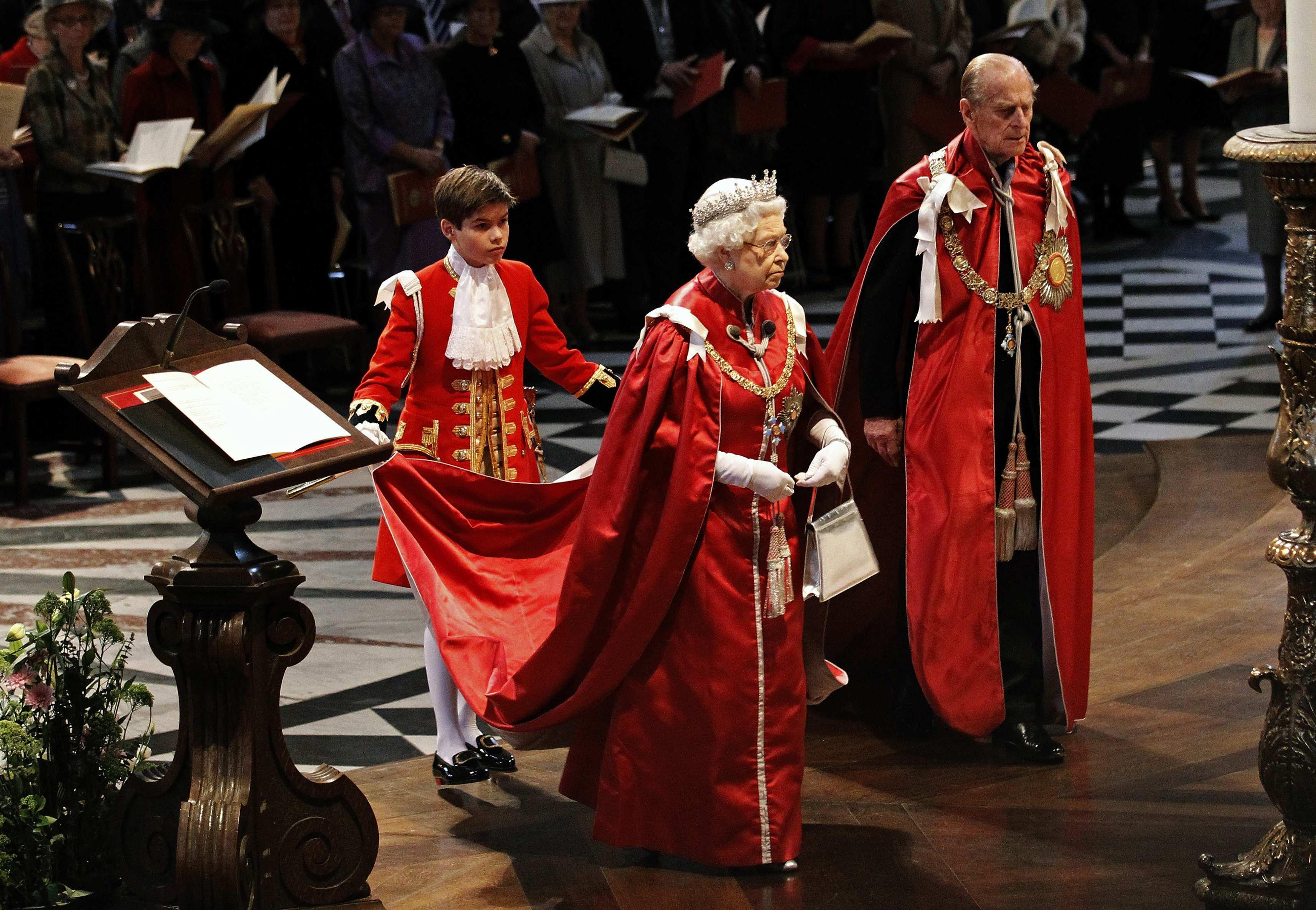 Arthur Chatto, petit-neveu de la reine, tient sa cape à l'Église Saint-Paul