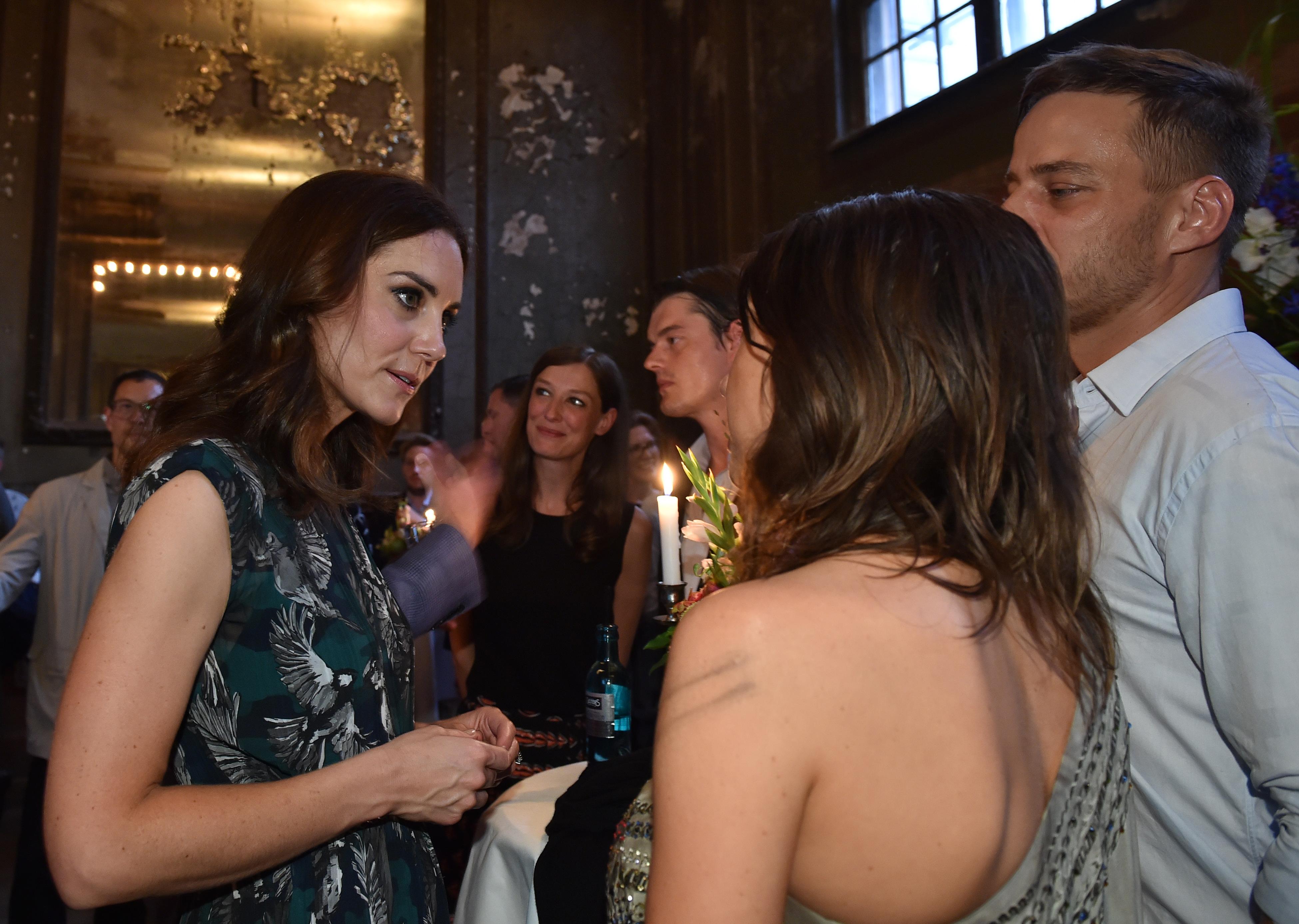 Kate Middleton discute avec l'actrice Jana Pallaske et l'acteur de