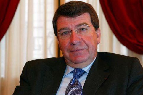 Xavier Darcos. Le ministre de l'Education, maire sortant de Périgueux (Dordogne) candidat à un troisième mandat, est battu avec 49.58% des voix contre 50.42% à son adversaire socialiste Michel Moyrand.