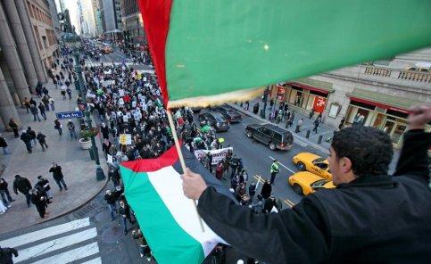 A l'étranger, les manifestations demandant l'arrêt de l'offensive israélienne se multiplient. Ici, sur la 42e rue à New York.
