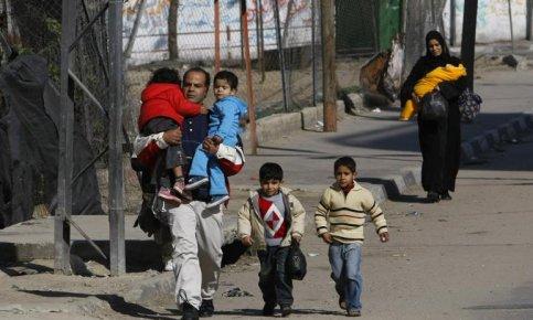 Alors que l'offensive israélienne se poursuit, des dizaines de familles se terrent ou fuient la zone. Seuls attroupements : les files d'attentes devant les boulangeries en prévision d'un long siège.
