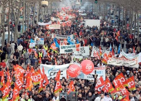 Les perturbations dans les transports ont peut-être été moins importantes que prévu mais les manifestations de jeudi ont drainé des dizaines de milliers de personnes (comme ici à Grenoble). Les 200 cortèges, organisés dans toute la France, ont réuni 2.5 millions de personnes, a affirmé la CGT. « Ce sont les plus grandes manifs de salariés depuis une vingtaine d'années