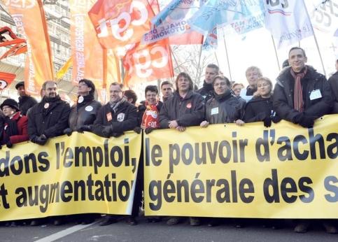 Plusieurs dizaines de milliers de manifestants, 65.000 selon la police, défilent à Paris. Tous les présidents et secrétaires généraux des syndicats mènent le cortège, notamment Bernard Thibault (CGT), François Chérèque (CFDT), Jean-Claude Mailly (FO), Jacques Voisin (CFTC) et Bernard Van Craeynest (CGC).