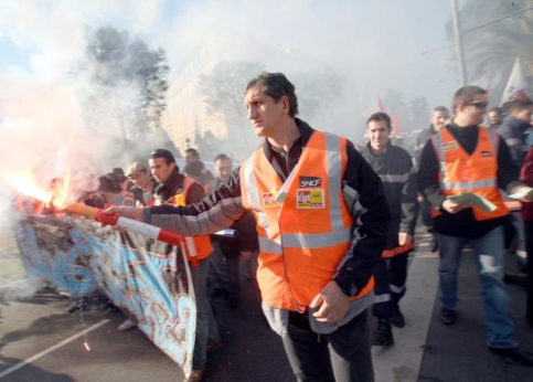 Entre 13.500 et 25.000 personnes se sont jointes à la manifestation ouverte par des pompiers en uniformes, suivi de fonctionnaires territoriaux, d'enseignants, lycéens, collégiens, cheminots (photo), postiers.