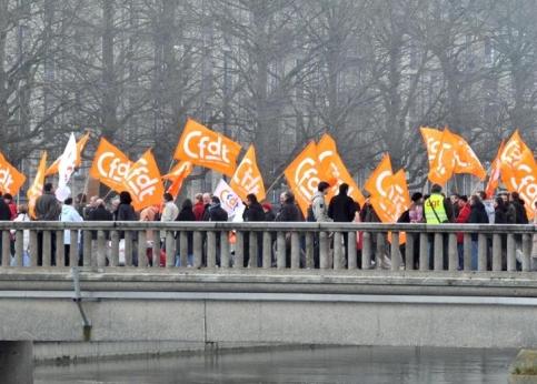 Dans l'ouest, les premières estimations montrent une mobilisation très importante dans la rue, parfois comparable au mouvement anti CPE. A Caen (photo), le cortège comptait dans ses rangs des dizaines de milliers de personnes.