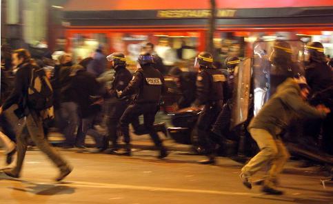 Des échauffourées ont éclaté en début de soirée, peu avant 19H00, lors de la dispersion de la manifestation, place de l'Opéra, à Paris. Les manifestants, qui voulaient rejoindre l'Elysée, certains le visage masqué, harcelaient les forces de l'ordre leur barrant la route, lançant divers projectiles. Une voiture a été renversée et incendiée sur le boulevard peu après 20h30.Les pompiers ont éteint les feux et porté secours à un manifestant resté à terre. Au moins une douzaine d'interpellations ont eu lieu.