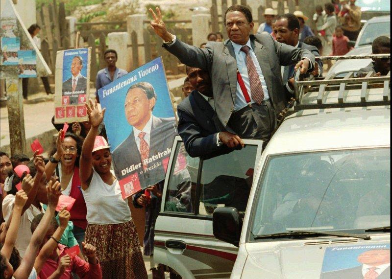1996 : La situation économique de Madagascar se dégrade encore davantage avec la politique de libéralisation mise en place par Albert Zafy. A la faveur d'une guerre des clans, le médecin est destitué par la Haute cour constitutionnelle qui l'accuse d'avoir violé la Constitution. Didier Ratsiraka (photo) revient au pouvoir à la faveur d'une élection présidentielle anticipée qu'il remporte de justesse avec 50,7% des suffrages.