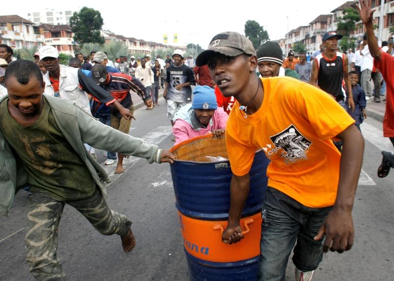 Fin janvier 2009 : La crise opposant Rajoelina à Ravalomanana, réélu en 2006, se durcit. Un rassemblement de dizaines de milliers de partisans de Rajoelina tourne en émeutes. Le 7 février, une nouvelle manifestation est matée par la garde présidentielle et le gouvernement destitue Rajoelina de son poste de maire d'Antananarivo. Les violences feront plus d'une centaine de morts.