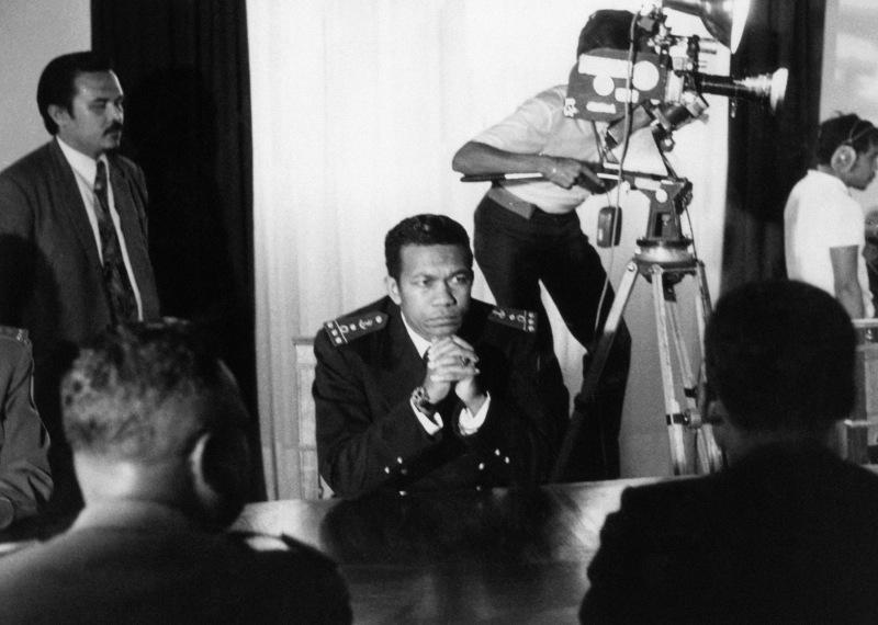 Février 1975 : Ramanantsoa remet le pouvoir au ministre de l'Intérieur qui est assassiné six jours plus tard. En juin, un Conseil suprême de la révolution (CSR), présidé par le capitaine de frégate Didier Ratsiraka (photo),  prend le pouvoir. Le militaire de 39 ans sera élu président un an plus tard. Son gouvernement nationalise l'économie, se rapproche du bloc communiste et coupe tout lien avec la France. Plombée par le retrait des investisseurs et d'un retard technologique, l'économie de l'île décline.