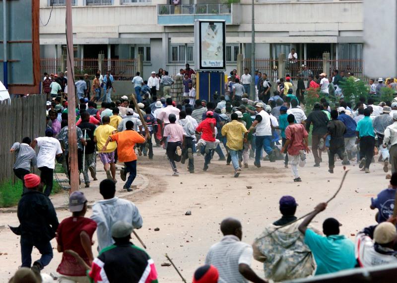 Juillet 2002 : la crise politique, marquée par un blocus de la capitale et des affrontements (photo) armés prend fin  lorsque la communauté internationale reconnaît la victoire de Ravalomanana. Ratsiraka choisira de s'exiler à Paris. LLe conflit fera 70 tués.