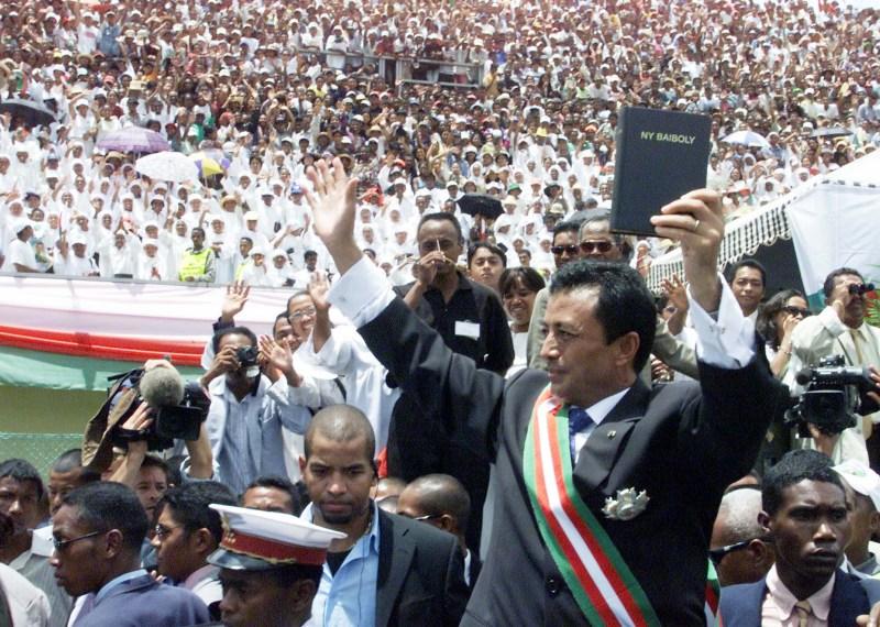 Décembre 2001 : Un nouvel adversaire se dresse sur la route de Didier Ratsiraka : l'homme d'affaires millionnaire et maire d'Antananarivo Marc Ravalomanana (photo). Il arrive en tête au premier tour de la présidentielle. Dans la foulée, 500.000 de ses partisans descendent dans la rue pour saluer sa victoire. Ravalomanana s'autoproclame président