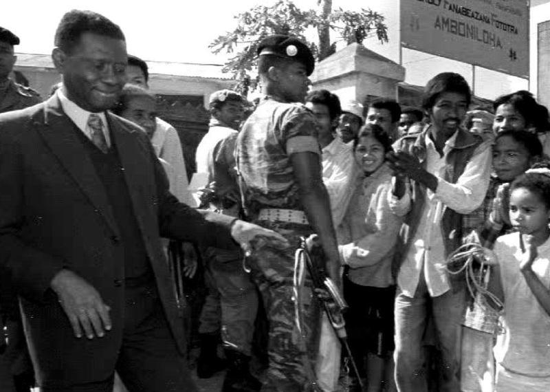 Juin 1991 : Des rassemblements pacifiques réunissent pendant plusieurs mois des centaines de milliers de personnes. Un Comité des «Forces vives» présidé par l'opposant Albert Zafy (photo) tient la rue. Le 10 août, la garde présidentielle tire sur la foule, faisant plus d'une centaine de morts. La contestation populaire est telle que Ratsiraka doit procéder à la démocratisation de son régime.  En octobre, une Haute Autorité de l'Etat pour la transition est instituée. Ratsiraka demeure chef de l'Etat, mais Zafy dirige le pays. L'opposant remporte la présidentielle de 1993 avec 67% des suffrages.
