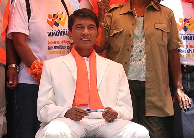 Décembre 2008 :  La chaîne de télévision privée du jeune maire d'Antananarivo, l'ancien DJ Andry Rajoelina (photo), 34 ans, est interdite après la diffusion d'une interview de Didier Ratsiraka.