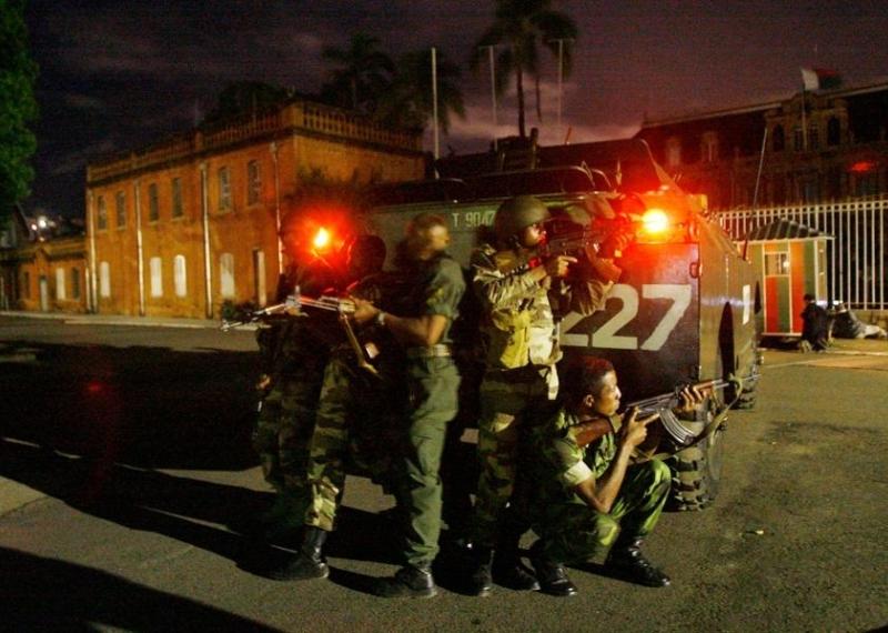 Mars 2009 : L'opposition s'empare du siège du gouvernement. Rajoelina affirme qu'il «commande» l'armée et qu'il «dirige» le pays. L'armée investit les bureaux de la présidence à Antananarivo (photo) pour «précipiter le départ» de Ravalomanana, retranché dans le palais présidentiel en banlieue de la capitale. Ce dernier finit par démissionner et confie ses pouvoirs à un «directoire militaire» qui investit Rajoelina. Ce dernier annonce une présidentielle d'ici à 24 mois.