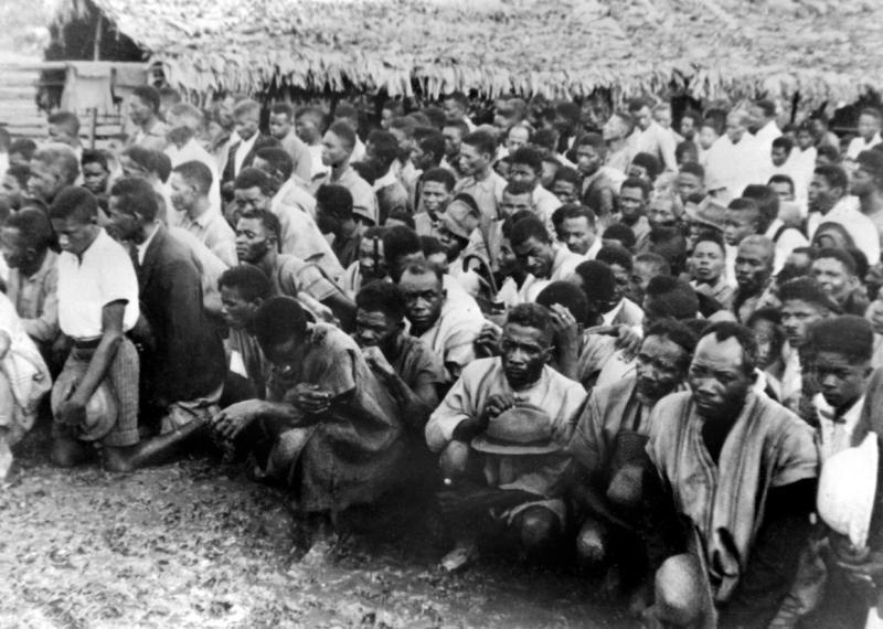 1947 :  L'île, qui est encore une colonie française, est gagnée par le sentiment indépendantiste et est secouée par de violentes émeutes. Un groupe de rebelles attaque une garnison française à Moramanga, à l'est d'Antananarivo, la capitale. Le mouvement s'étend à d'autres régions : des paysans armés de sagaies et de coupe-coupe se livrent à des pillages et massacrent des colons français.La répression est sévère. En tout, 10.000 personnes périront. En photo, des insurgés malgaches après leur arrestation.