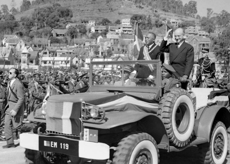 1960 : Madagascar accède à l'indépendance le 26 juin 1960. Philibert Tsiranana (photo, ici avec Jean Foyer, secrétaire d'état français à la Communauté), un instituteur et fondateur du parti social démocrate de Madagascar devient le premier chef d'Etat de l'île. Il conserve des relations étroites avec la France.