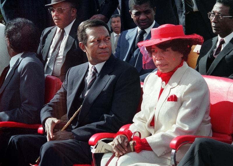 1986 : Les graves difficultés économiques qui déclenchent des épisodes de famine, relancent la contestation. Le gouvernement réagit par des arrestations et décrète à plusieurs reprises l'état d'urgence, prétextant des complots (1977, 1980, 1982). Réélu sans opposition en novembre 1982 et en mars 1989, Ratsiraka (photo) amorce en 1986 un virage économique à 180° et promeut l'économie de marché.