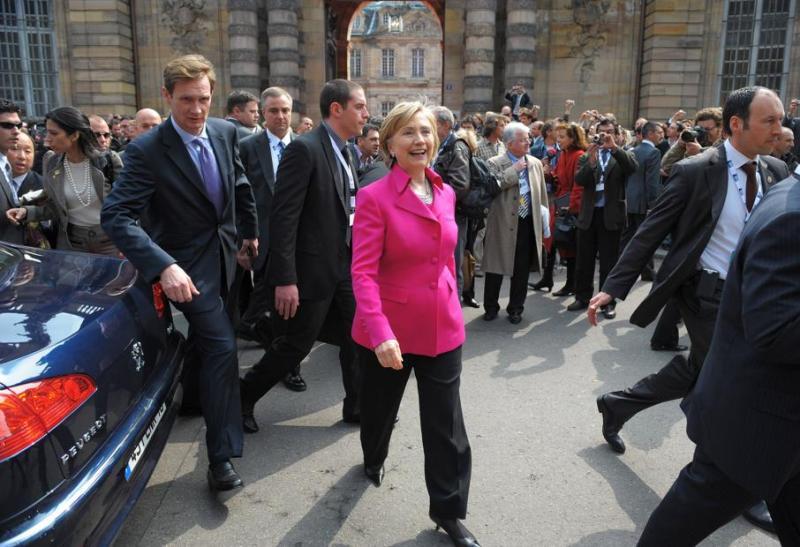 La secrétaire d'Etat américaine descend de sa voiture pour se rendre au palais Rohan de Strasbourg.